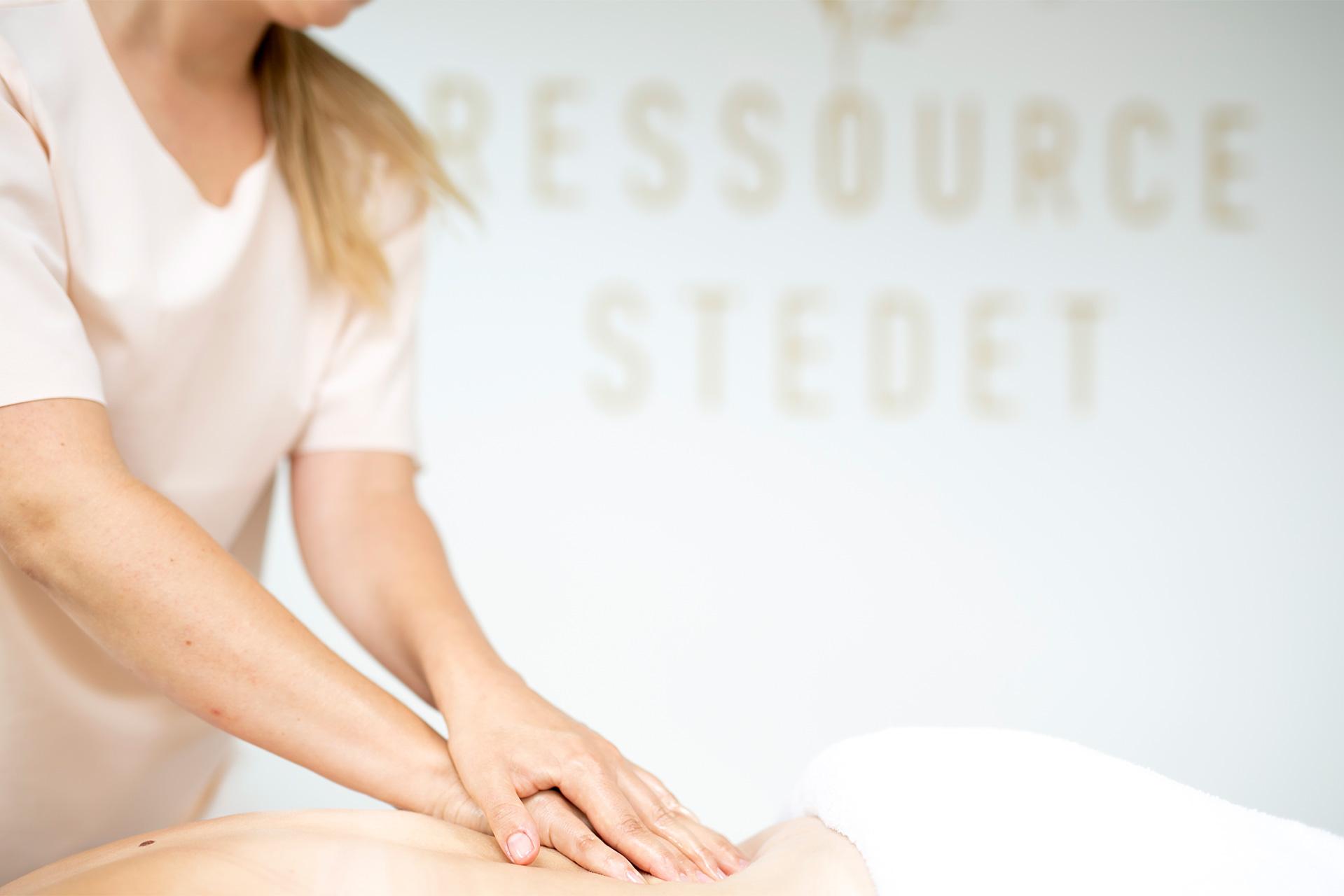 Behandling med massage på lænd