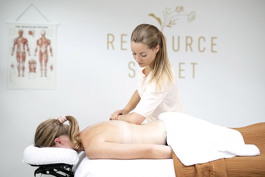 Massage på kvinde med albuen